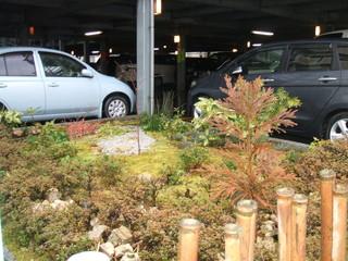 駐車場内にはドライブでのお疲れを癒す坪庭とやわらかな明かりが